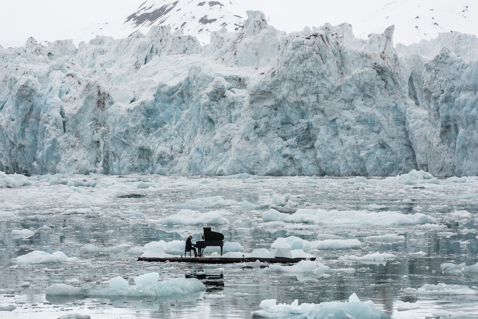 16/06/2016. Wahlenbergbreen Glacier, Svalbard, Norway. Greenpeace holds a historic performance with pianist Ludovico Einaudi on the Arctic Ocean to call for its protection. Through his music, acclaimed Italian composer and pianist Ludovico Einaudi has added his voice to those of eight million people from across the world demanding protection for the Arctic. Einaudi performed one of his own compositions on a floating platform in the middle of the Ocean, against the backdrop of the Wahlenbergbreen glacier (in Svalbard, Norway). The famous musician travelled on board Greenpeace ship Arctic Sunrise on the eve of a significant event for the future of the Arctic: this week's meeting of the OSPAR Commission, which could secure the first protected area in Arctic international waters. ©Greenpeace/Pedro Armestre Greenpeace organiza un concierto histórico con el pianista Ludovico Einaudi en el océano Ártico para pedir su protección. El prestigioso compositor y pianista italiano Ludovico Einaudi ha unido su voz, a través de la música, a la de los ocho millones de personas de todo el mundo que piden la protección del Ártico, con la interpretación de una pieza creada especialmente para la ocasión sobre una plataforma flotante en mitad de ese océano, frente al glaciar Wahlenbergbreen (en Svalbard, Noruega). Einaudi ha viajado al Ártico a bordo del barco de Greenpeace Arctic Sunrise, coincidiendo con el comienzo en Tenerife de una importante cita para el futuro del Ártico: la reunión esta semana de la comisión OSPAR, que podría asegurar la creación de la primera zona protegida en aguas internacionales del océano Ártico. © Pedro Armestre/ Greenpeace Handout - No sales - No Archives - Editorial Use Only - Free use only for 14 days after release. Photo provided by GREENPEACE, distributed handout photo to be used only to illustrate news reporting or commentary on the facts or events depicted in this image.