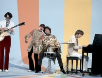 the-monkees-playing-on-set3